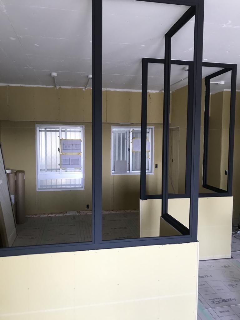 リノベ工事59日目_室内窓の木枠は黒に!