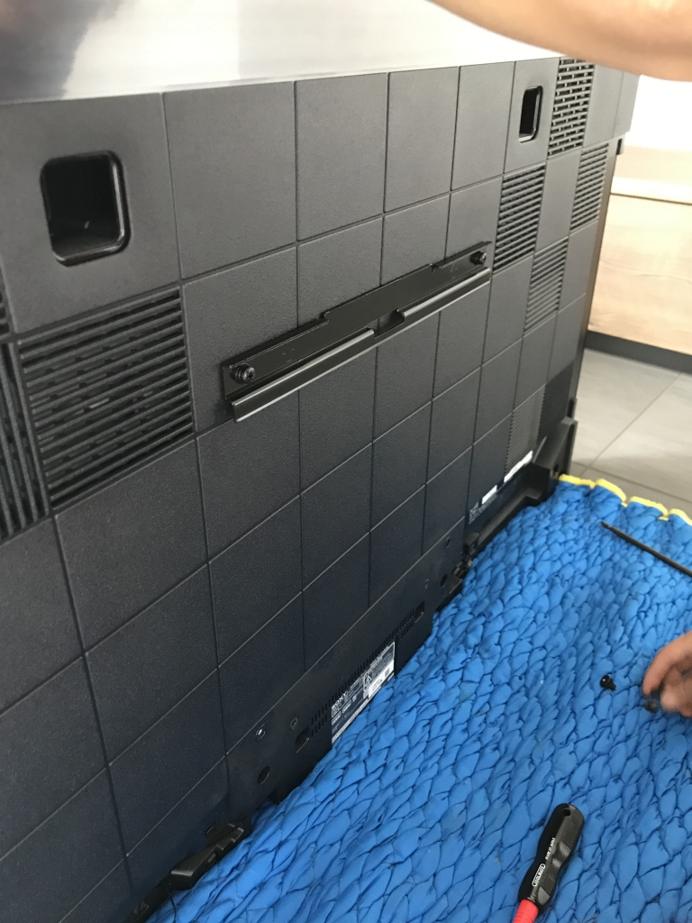 SU-WL850用の治具をテレビ裏に取り付ける