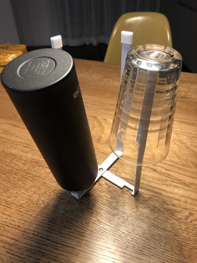 ポリ袋エコホルダーはグラスや水筒のスタンドにもなる